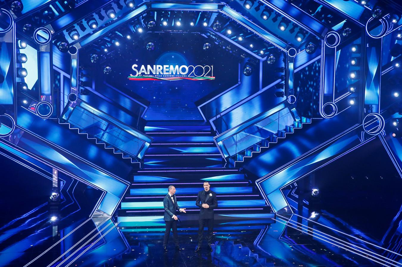Zlatan Ibrahimovic en Amadeus op het Sanremo Music Festival.