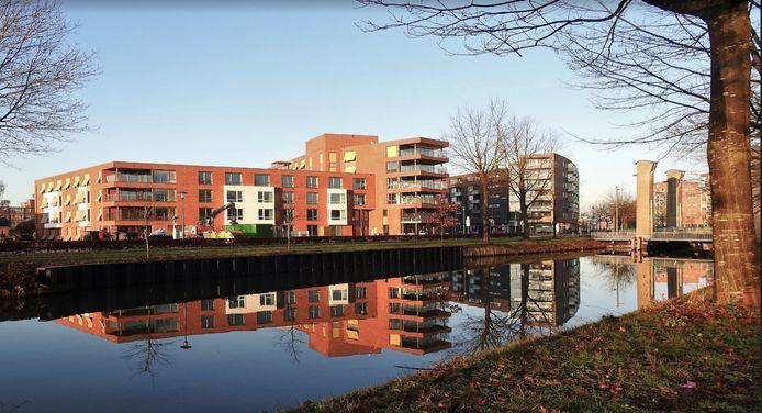 Het zorgcomplex ligt langs het kanaal in Apeldoorn.