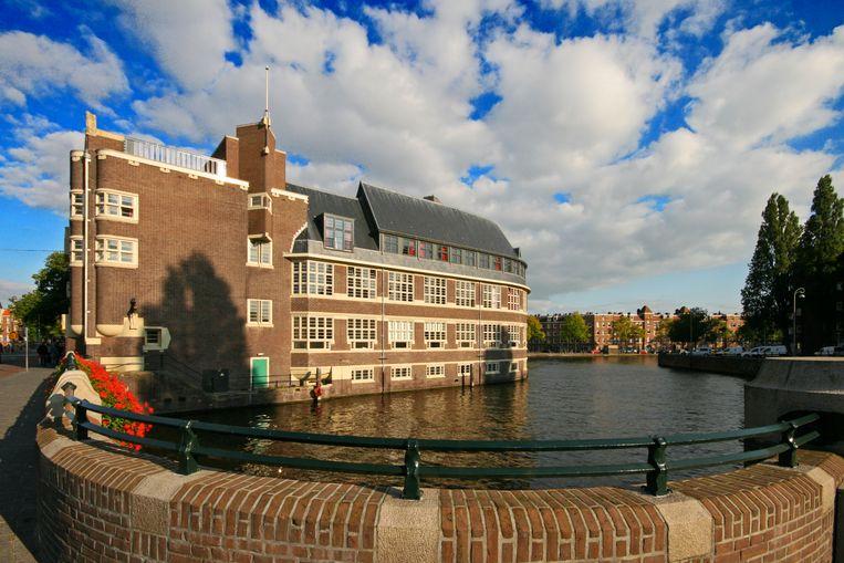 De voormalige ambachtsschool Het Sieraad ligt als een bakstenen oceaanstomer in het water van de Kostverlorenvaart. Beeld Sander Groen
