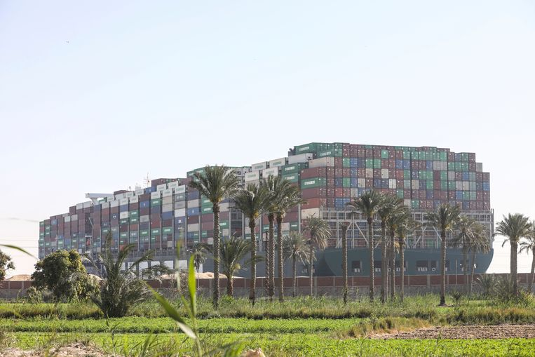 Het containerschip Ever Given in het Suezkanaal. Beeld AP
