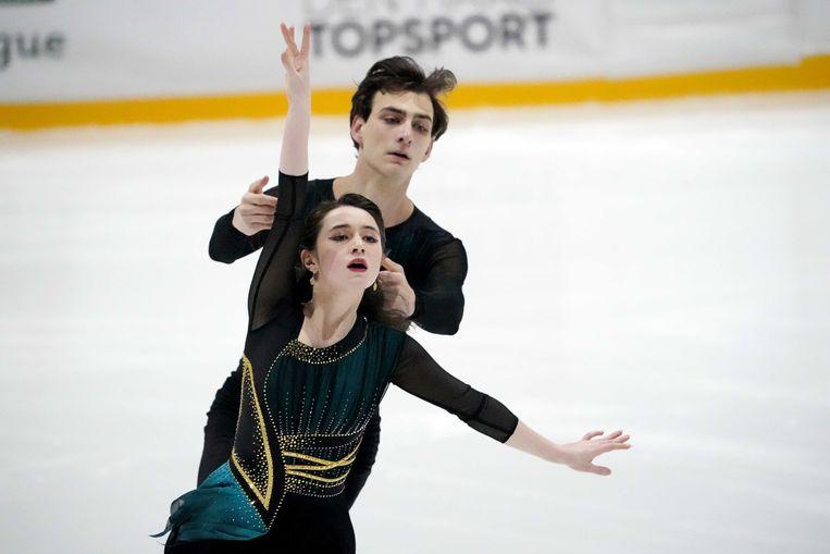 Chelsea Verhaegh and Sherimn van Geefen in actie tijdens de Ice Dance Free Dance op de tweede dag van het kunstschaatstoernooi Challenge Cup in de Uithof. Beeld ANP