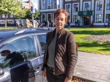 Moeder Mascha uit Dedemsvaart die wacht op zieke dochter bij Zwolse school is boos: parkeerboete!