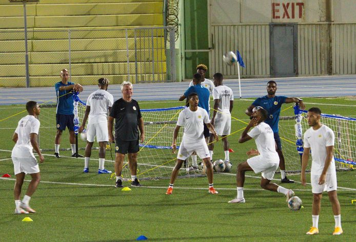 Guus Hiddink op het trainingsveld bij Curacao.