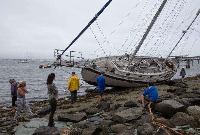 Een beschadigde boot in Jamestown, Rhode Island, na doortocht van tropische storm Henri.