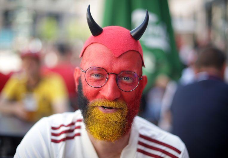 Een fan van de Rode Duivels, voorafgaand aan de wedstrijd tegen Denemarken.  Beeld REUTERS