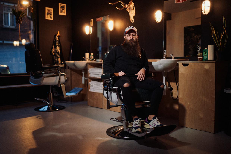 Timothy Liedts, eigenaar van barbier Barabas in Merelbeke, kreeg al oneerbare voorstellen. Zijn naar eigen zeggen getrainde oog kan alleen maar vaststellen dat er kappers zijn die er wel op ingaan. Beeld thomas sweertvaegher
