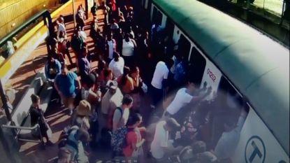 Passagiers duwen wagon opzij om vrouw te redden, maar wat ze zegt is hartverscheurend