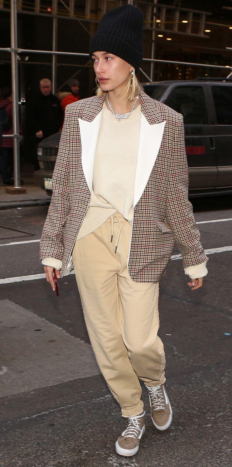 Hailey Bieber in een jas van Filles A Papa.