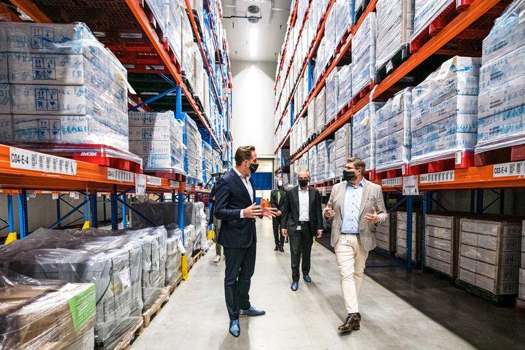 Demissionair minister Hugo de Jonge (Volksgezondheid, Welzijn en Sport) bezoekt Movianto. Het Brabantse bedrijf neemt de opslag van alle coronavaccins voor zijn rekening. Beeld ANP