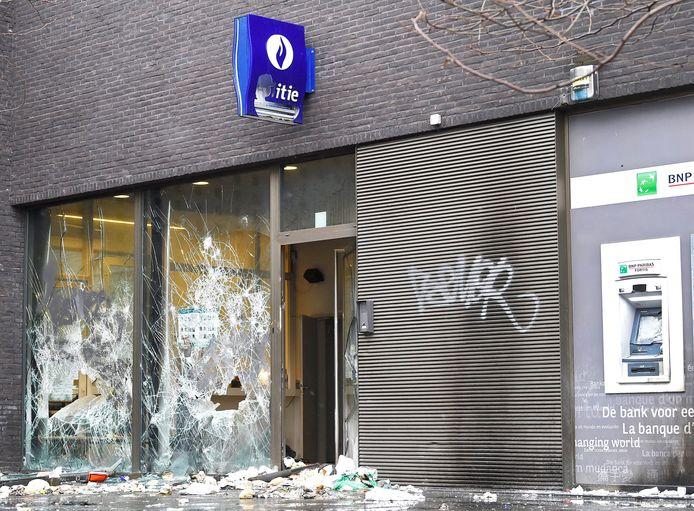Le commissariat de la place Liedts après les émeutes.