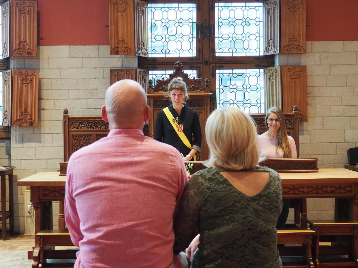 Schepen Vicky Vanmarcke verbindt een koppel in het echt in de trouwzaal van het stadhuis. Dat is momenteel de enige mogelijke locatie voor een officiële huwelijksplechtigheid.