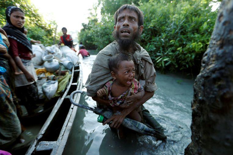 Rohingya op de vlucht komen in Bangladesh aan na het oversteken van de rivier Naf, die de grens markeert tussen het zuidwesten van Myanmar en het oosten van Bangladesh. Beeld Reuters
