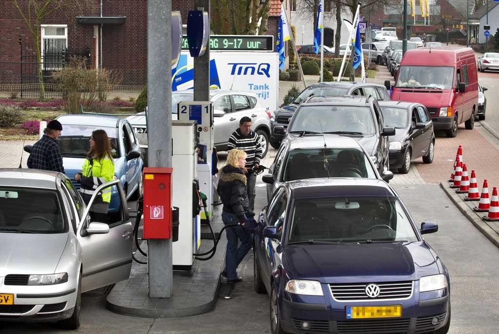 BTW-vrij benzine en diesel tanken bij TinQ in Luyksgestel. foto René Manders