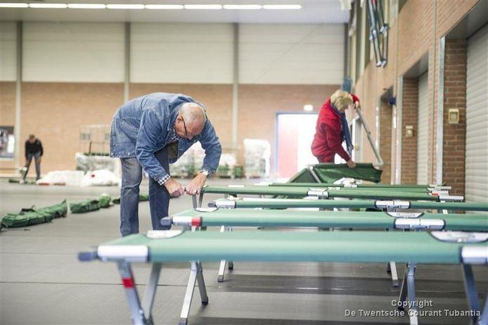 Ook in andere plaatsen, zoals in Hellendoorn, worden sporthallen ingericht voor noodopvang voor vluchtelingen.