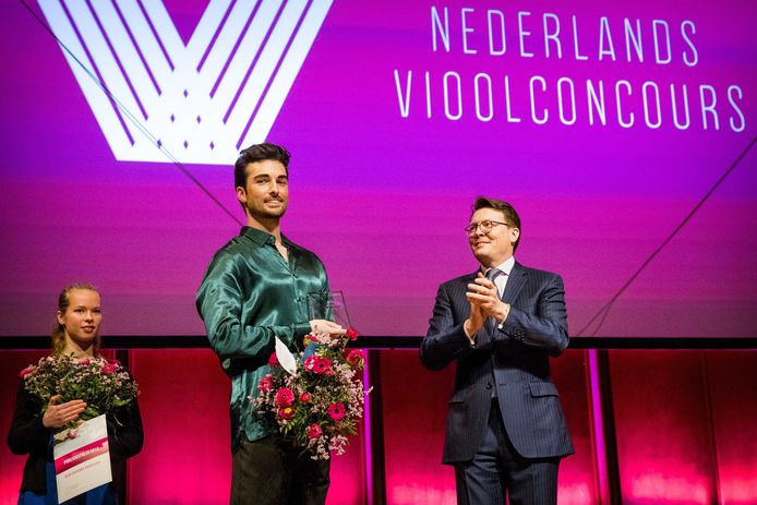 Prins Constantijn reikt in TivoliVredenburg een prijs uit aan Niek Baar na afloop van de finale van Het Nederlandse Vioolconcours.