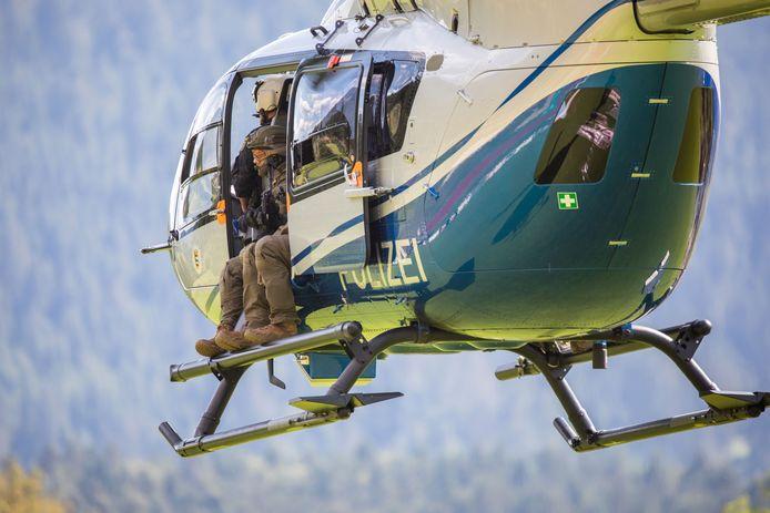 La police est appuyée par des hélicoptères pour tenter de retrouver le fugitif.