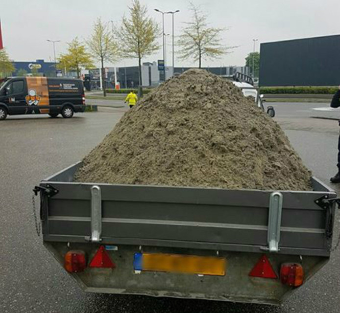 Er zat bijna twee keer te veel zand in de aanhanger.