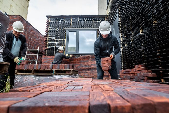 Steen voor steen worden de nooit afgebouwde woningen in het plan Houtse Akker in Helmond afgebroken.