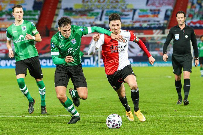 Steven Berghuis in duel met Sam Kersten van PEC Zwolle.