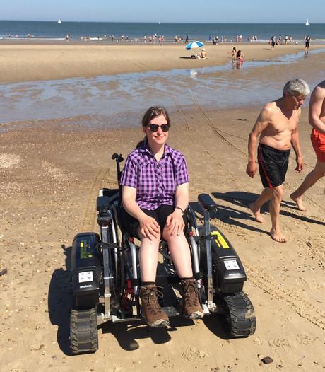 Gehandicapte toeriste over huurrolstoel: 'Ik kan eindelijk gemakkelijk het strand op'