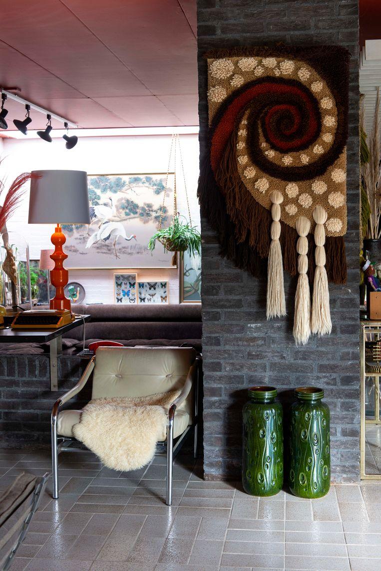 Wandobjecten zijn erg populair, dit is een jaren zeventig wandkleed van Marktplaats en vazen West Germany. Beeld Caroline Coehorst