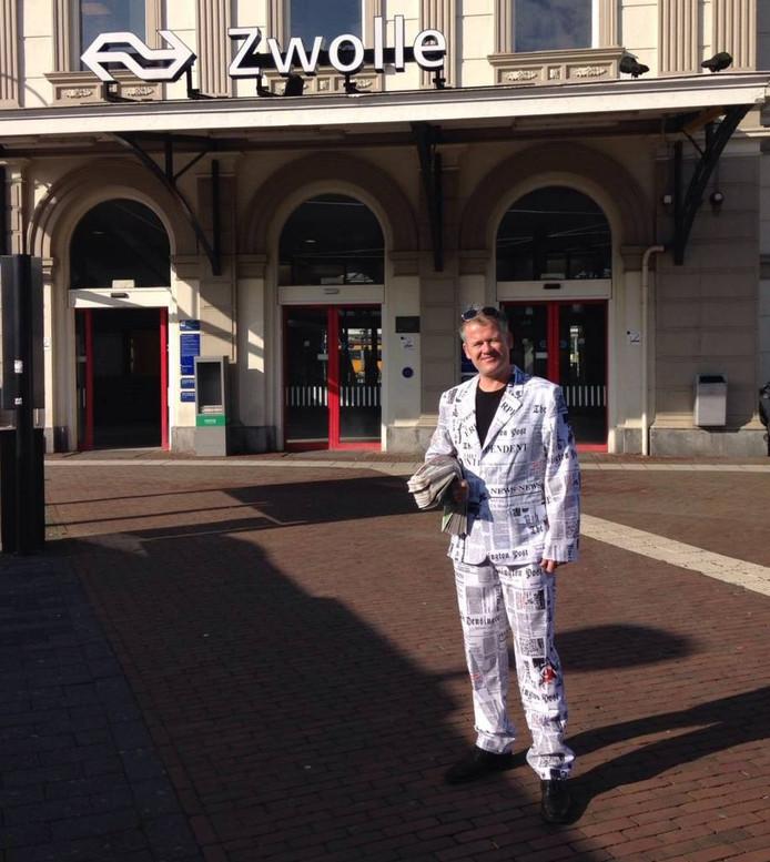 De 'krantenman' brengt de campagne onder de aandacht van reizigers op station Zwolle. Foto: NS