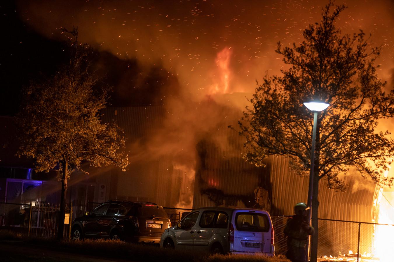 Bij de brand aan de Watermolenstraat kwam veel rook vrij.