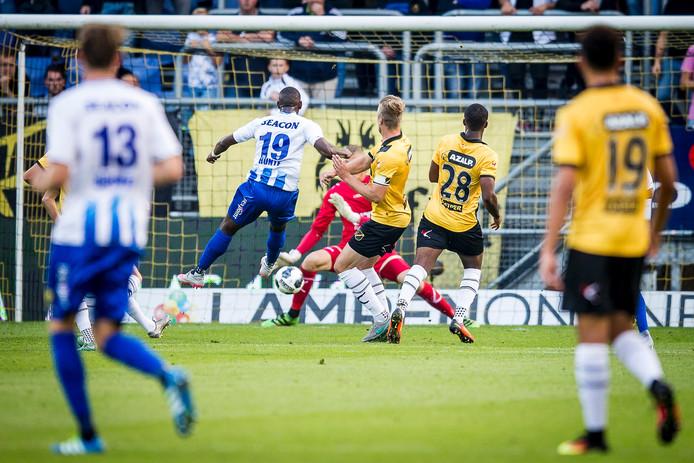 VVV-spits Torino Hunte opent de score in het bekerduel met NAC