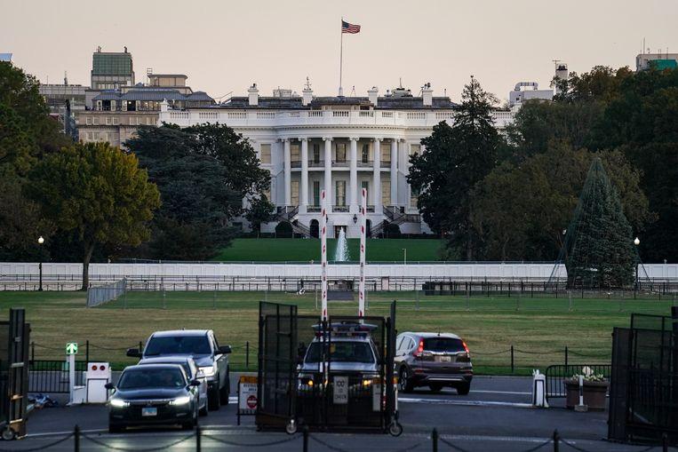 Ook het Witte Huis is ondertussen met een groot wit hek afgesloten, uit vrees voor mogelijk geweld. Beeld AP