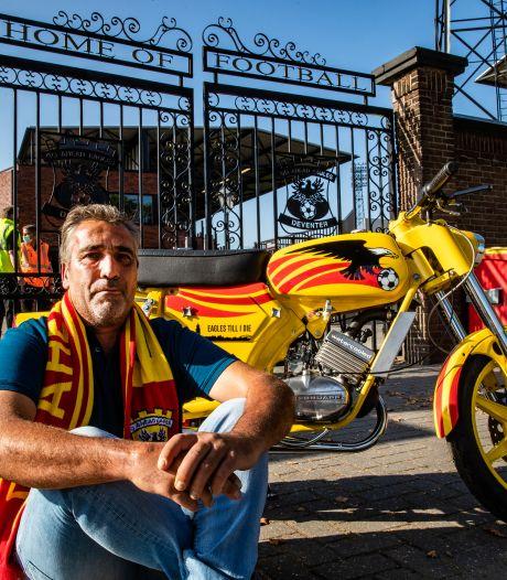 Supporter Arjan bouwt uit liefde voor de club jaren aan Go Ahead Eagles-brommer: 'Ik kan er uren naar blijven kijken'