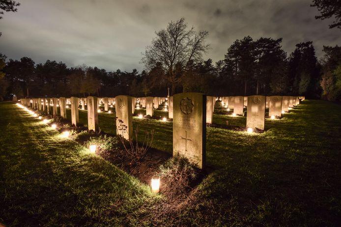 Lichtjes op de Canadese en Britse begraafplaats in Bergen op Zoom als eerbetoon aan de gesneuvelde militairen.