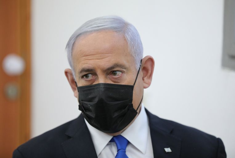 Netanyahu bij de eerste dag van de inhoudelijke behandeling van de rechtszaak tegen hem. De Israëlische premier wordt verdacht van omkoping, fraude en machtsmisbruik.  Beeld EPA