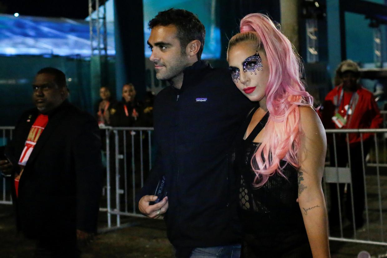 Lady Gaga en haar nieuwe vriend Michael Polansky verlaten het stadion na de Super Bowl.