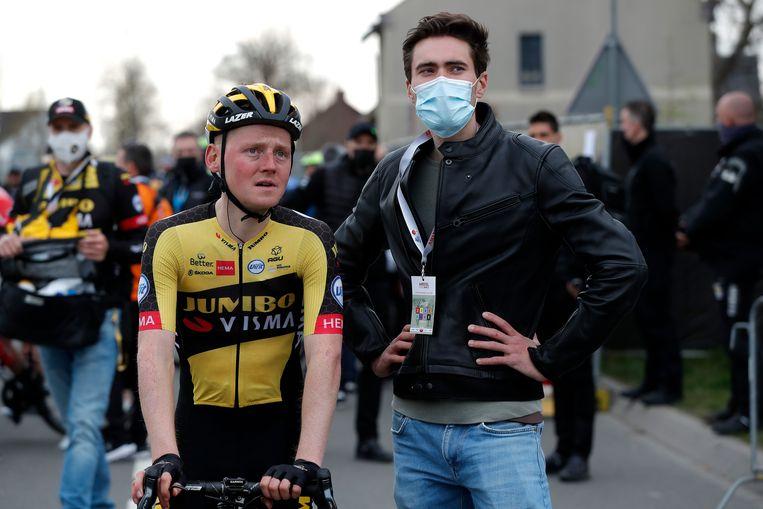 Tom Dumoulin onderhoudt zich met zijn ploeggenoot Sam Oomen na afloop van de Amstel Gold Race in april. Beeld Getty Images