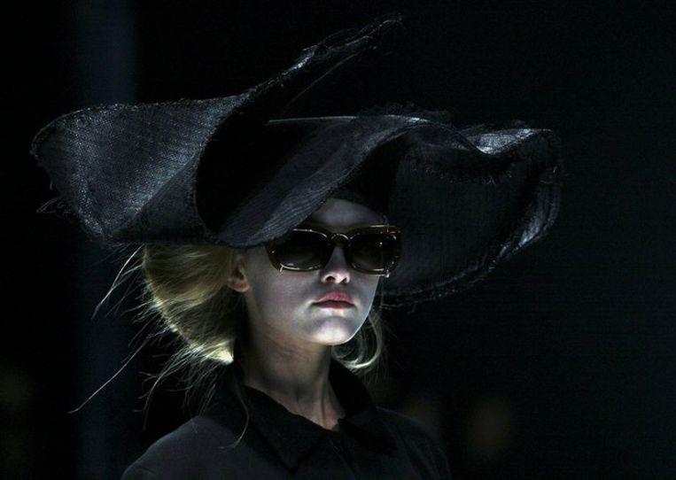Een creatie van Yohji Yamamoto's 'Spring/Summer 2009 ready-to-wear collection' in Parijs, maandag 29 september. (Foto AP/Jacques Brinon) Beeld
