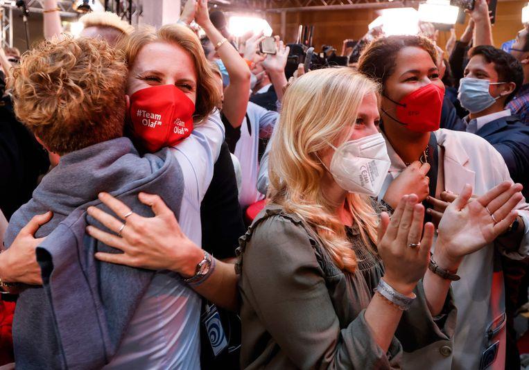 Vreugde bij aanhangers van de SPD bij het zien van de exitpoll waarin een lichte zege wordt voorspeld. Beeld AFP