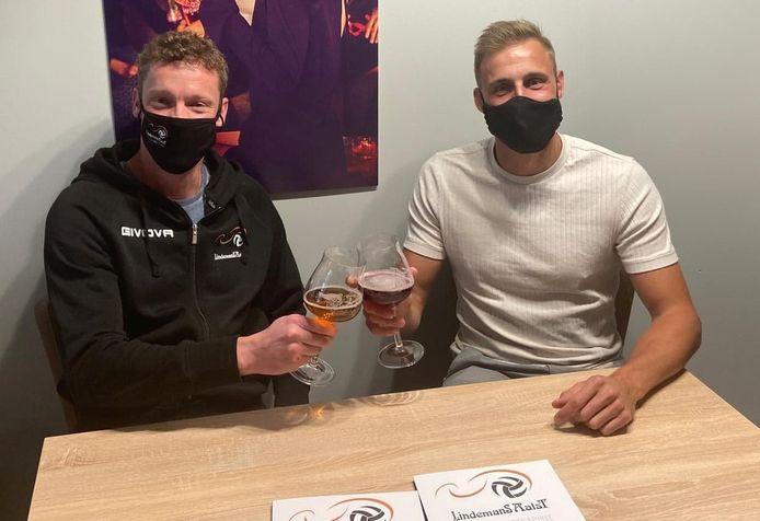 Robin Overbeeke (r.) zette zijn krabbel onder een tweejarig contract bij Lindemans Aalst en toast met coach Johan Devoghel.