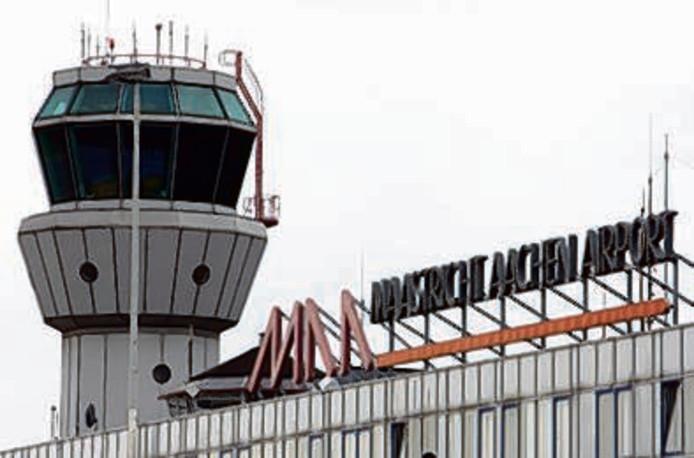 Vrachtvliegtuig op vliegveld maastricht van de baan for Arabische havenstad