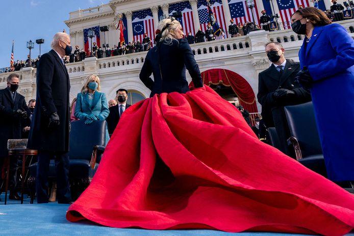 Lady Gaga viel op in haar rode jurk.