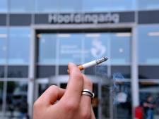 Bewakers bij het Albert Schweitzer zien toe op rookverbod