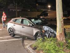 Auto botst tegen boom in woonwijk Emmeloord