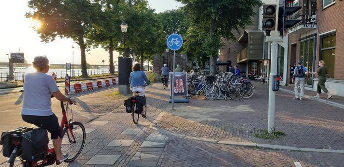 Zo ligt het fietspad er sinds eind deze week bij; fietsers gaan, tijdelijk, weer binnen de muur langs. De barriers blijven nog wel even staan.