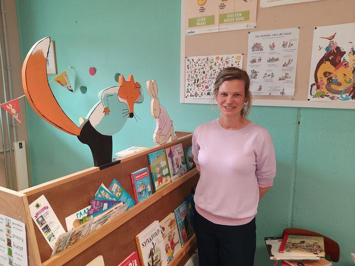 Juf Ann Wicke, zoals het personage Haas uit haar lievelingsboek 'Vos en Haas' gek op lezen en een beetje een wijsneus.