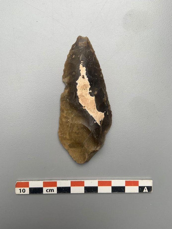 Verder werd op de site ook nog een silo opgegraven die veel handgevormd aardewerk en een mes bevatte.