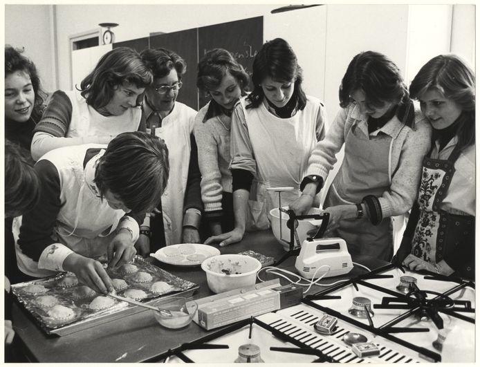 De jongedames van de huishoudschool in de Wilhelminastraat. Foto Robert Scheers/Haags Gemeentearchief.