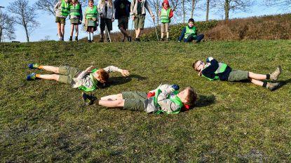 Februari: kinderen ravotten onder stralende zon