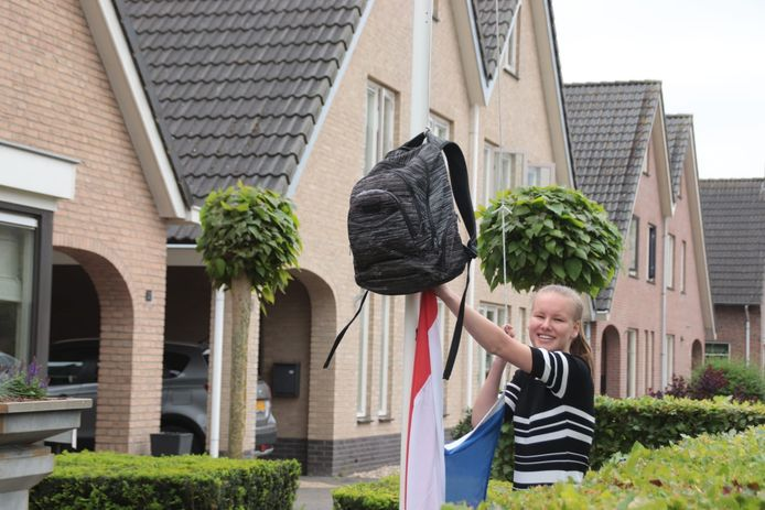 'Hoera onze dochter Iris is geslaagd op het Vechtdal College in Ommen', schrijft Jeannet Kleinlugtebeld uit Lemele. 'Ze is geslaagd voor kader en gaat nu naar het Cibap in Zwolle. En ze heeft een 10 gehaald voor haar eind opdracht Engels. Haar mentor had dit nog nooit meegemaakt....'