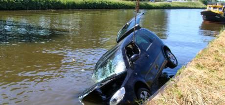 Automobilist rijdt water in en wordt door omstanders gered