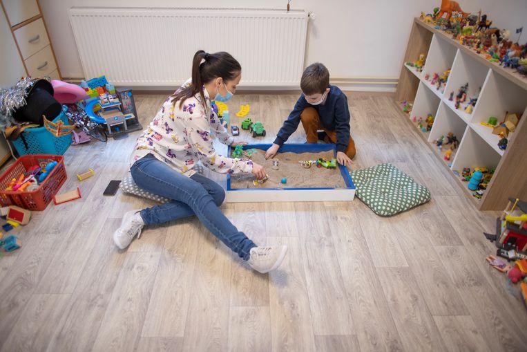 Een jongen tijdens een sessie met de kinderpsycholoog. Beeld Getty Images