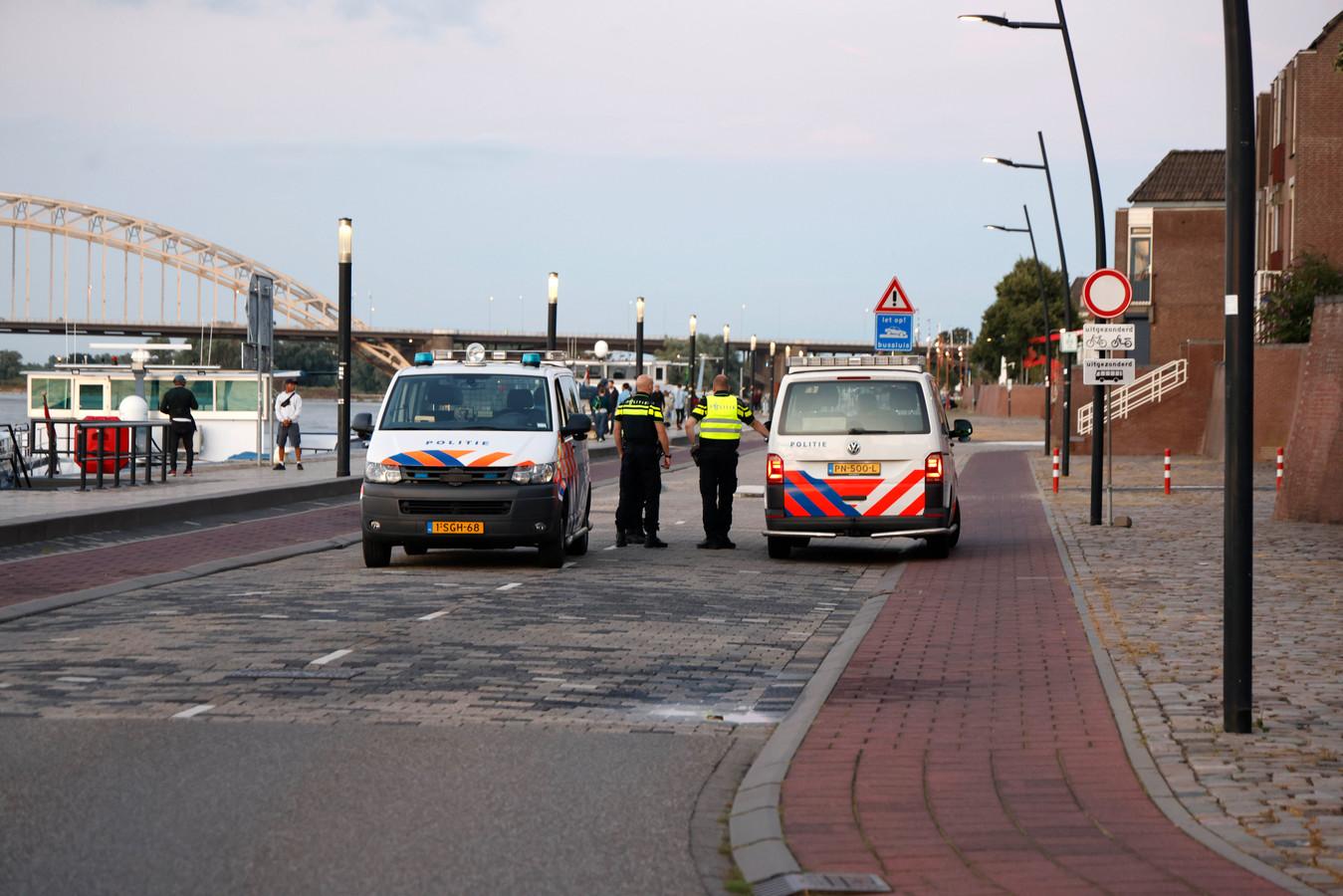De politie bekijkt de nieuwe bussluizen op de Waalkade.